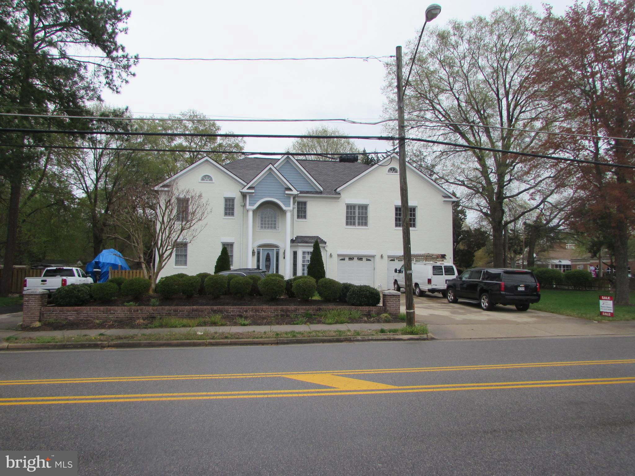 3 level single family features 6 bedrooms, 5 full bathroooms, dining area, family room, kitchen with breakfast area, fully finished basement, 2 car garage with circular driveway.  It is conveniently located, near Hospital, Schools, Shopping Centers, and more.