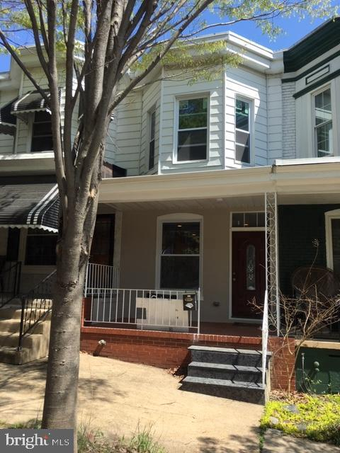 OWNERS MOVING! MAKE AN OFFER!!TASTEFULLY REMODELED KITCHEN & BATH.GRANITE COUNTER TOP AND SS APPLIANCES*BEAUTIFUL CERAMIC & HARDWOOD FLOORS.NEW WINDOWS,ROOF*LARGE PATIO*UPSTAIRS OPEN WALK-THRU AREA(PERFECT FOR STUDY/OFFICE ) WALKING DISTANCE TO WOODBERY STATION AND METRO.