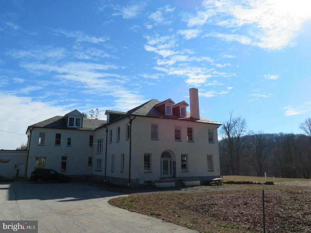 Private room for rent on beautiful spacious country farm. The house is owner occupied. The unit is a 1 bedroom\1 bath room upstairs. Tenant has access to washer & dryer and pool. All Utilities included & free Wifi.