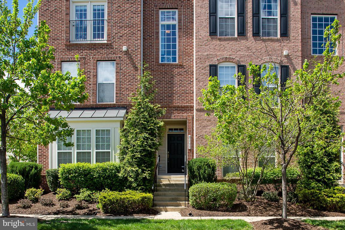 Beautiful Potomac Club end unit with tons of windows, lots of natural light!  Walk to Wegmans and Stonebridge Shopping center with shops, restaurants and a movie theater. Easy commute to DC, Ft. Belvoir, Quantico, and The Pentagon. Commuter lot 1/2 mile away and VRE train is 2 miles. Gated community with guards. Indoor & outdoor swimming pools. Huge clubhouse with staffed fitness center and free classes. Great community events. Beautiful kitchen with granite counters. Hardwood on the main level.  Large Family room with gas fireplace adjoins kitchen. Laundry on bedroom level.  Large master bedroom with walk in closet and master bath with oversized shower.   2 Sets of sliding glass doors to covered patio 1 Car garage plus additional parking in the rear.