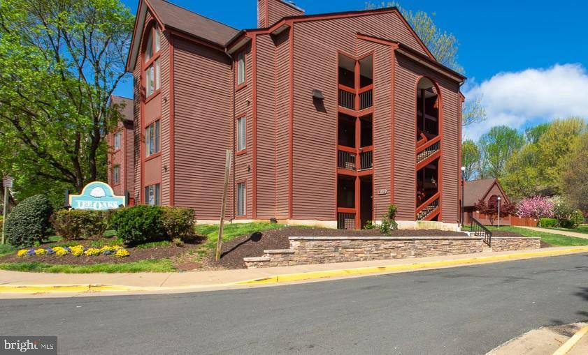 2820 Lee Oaks Pl #101, Falls Church, VA 22046