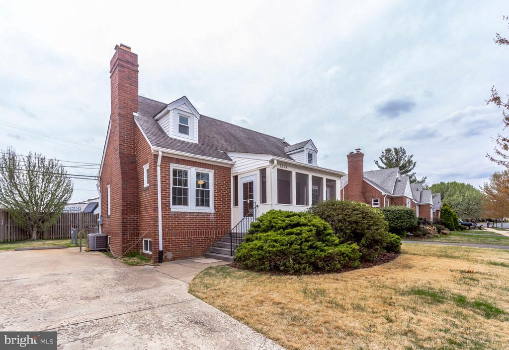 Newly remodled three-level detached brick house with a spacious yard just a block off Wilson Blvd, located between Courthouse & Clarendon metro stops. 3 bedrooms + a finished lower level with 2 over-sized rooms,full bath,& full-sized washer and dryer. 2 bedrooms on main floor & huge master suite on upper level. Large fenced-in backyard & covered front porch. Large driveway for parking.