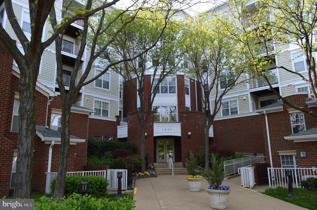 1625 International Dr #101, McLean, VA 22102