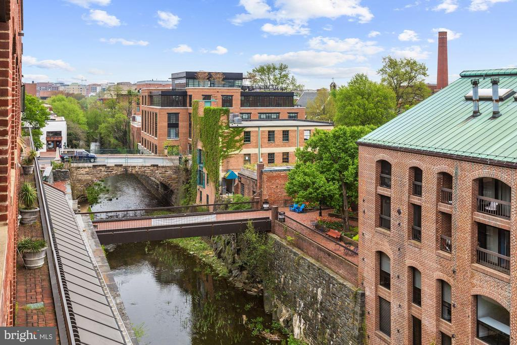 GREAT PRICE ADJUSTMENT!!In the heart of Georgetown! 2BR, 2BA, fireplace, hardwood floors, crown moldings, W/D in unit. The balcony overlooks the canal and the Washington Monument and enjoy the 4th or July fireworks! Pool, 24 hour concierge desk, garage parking! Steps to shopping, restaurants and all the amenities that Georgetown has to offer!
