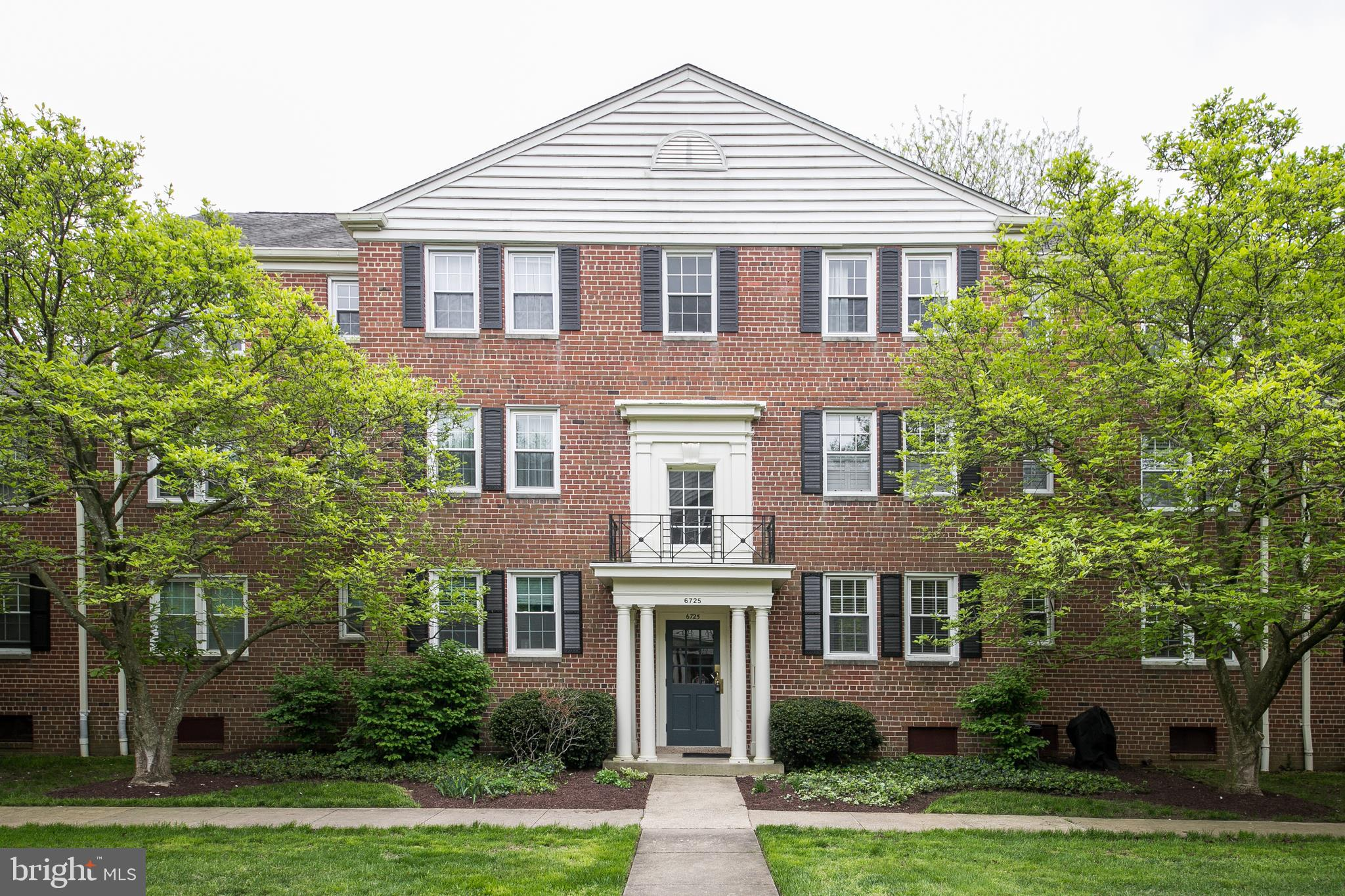 Sought after mid level condo in popular Belle View.  Beautiful private courtyard with magnificent specimen trees.  Updated kitchen with SS appliances, granite and wall opened to dining room, updated bath + beautiful original wood floors.  This unit has additional storage + onsite washers and dryers in the basement!