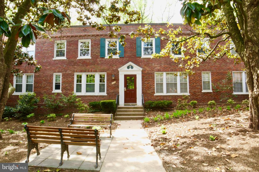 Beautifully updated Colonial Village condo in the heart of Courthouse. Walking distance to courthouse (0.3mi) and Rosslyn (0.7mi) metros. This charming community boasts quiet walking trails and well manicured landscapes. New windows installed in 2016 and new HVAC system in 2018. Entrance foyer closet and walk in bedroom closet with custom Elfa storage systems.