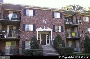 "BACK ON THE MARKET, FINANCIAL FELL THROUGH .PERFECT LOCATION. LARGE UNIT WITH BALCONY, 2 BR, 1.5 BATHS, SEPARATE DINNING ROOM, SPACIOUS LIVING ROOM. CONDO FEES INCLUDE: GAS, WATER, SEWER, TRASH, POOL. WALK TO TOWN OF OCCOQUAN. ""HOME OF CHOICE"""