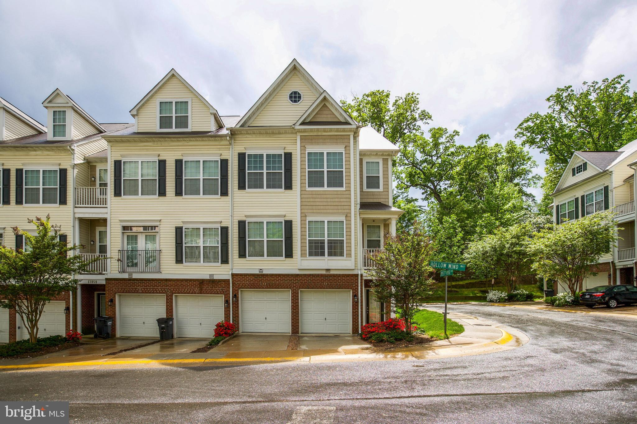 Private, beautiful end-unit condo with easy access to route 95 and walking distance to shopping centers. Don't miss this chance for a rare end-unit!