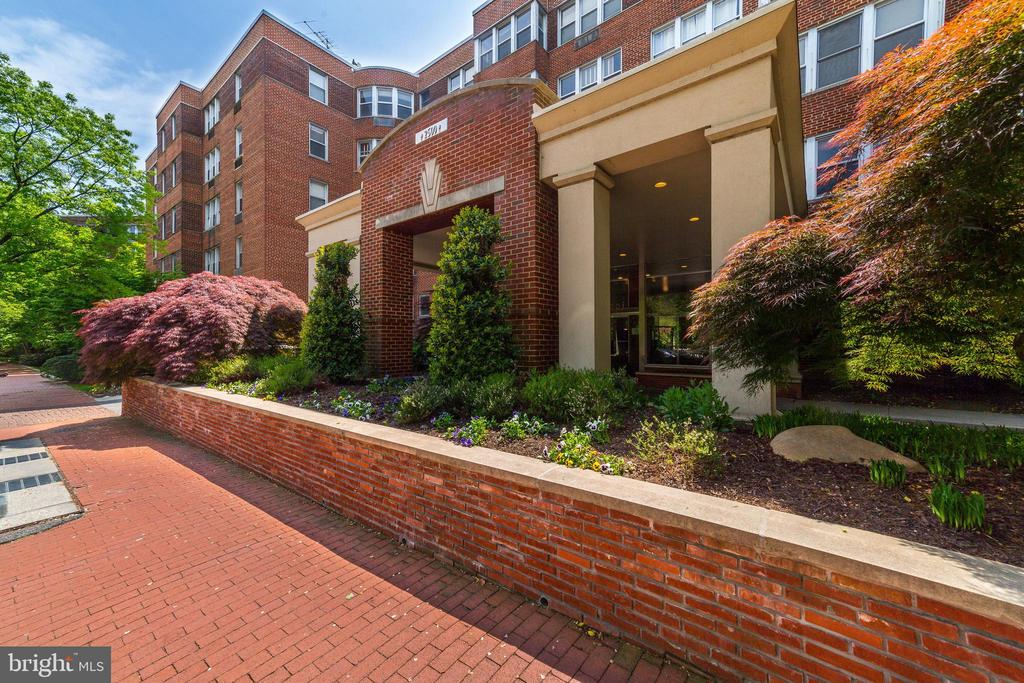 This spacious unit at Gateway Georgetown provides an open layout with park views. The one bedroom property features hardwood floors, plentiful closet space and abundant natural sunlight. Recent upgrades include fresh paint throughout, a white glossed bathroom and new gleaming kitchen quartz countertops. One tandem garage parking space conveys with additional monthly fee. The condo fee is inclusive of all utilities except cable and Internet. 2500 Q Street NW is a full service building with 24-hour front desk, rooftop deck, laundry facilities and an exercise room. The building is a short walk from both the Dupont Metro station and Georgetown's M Street.