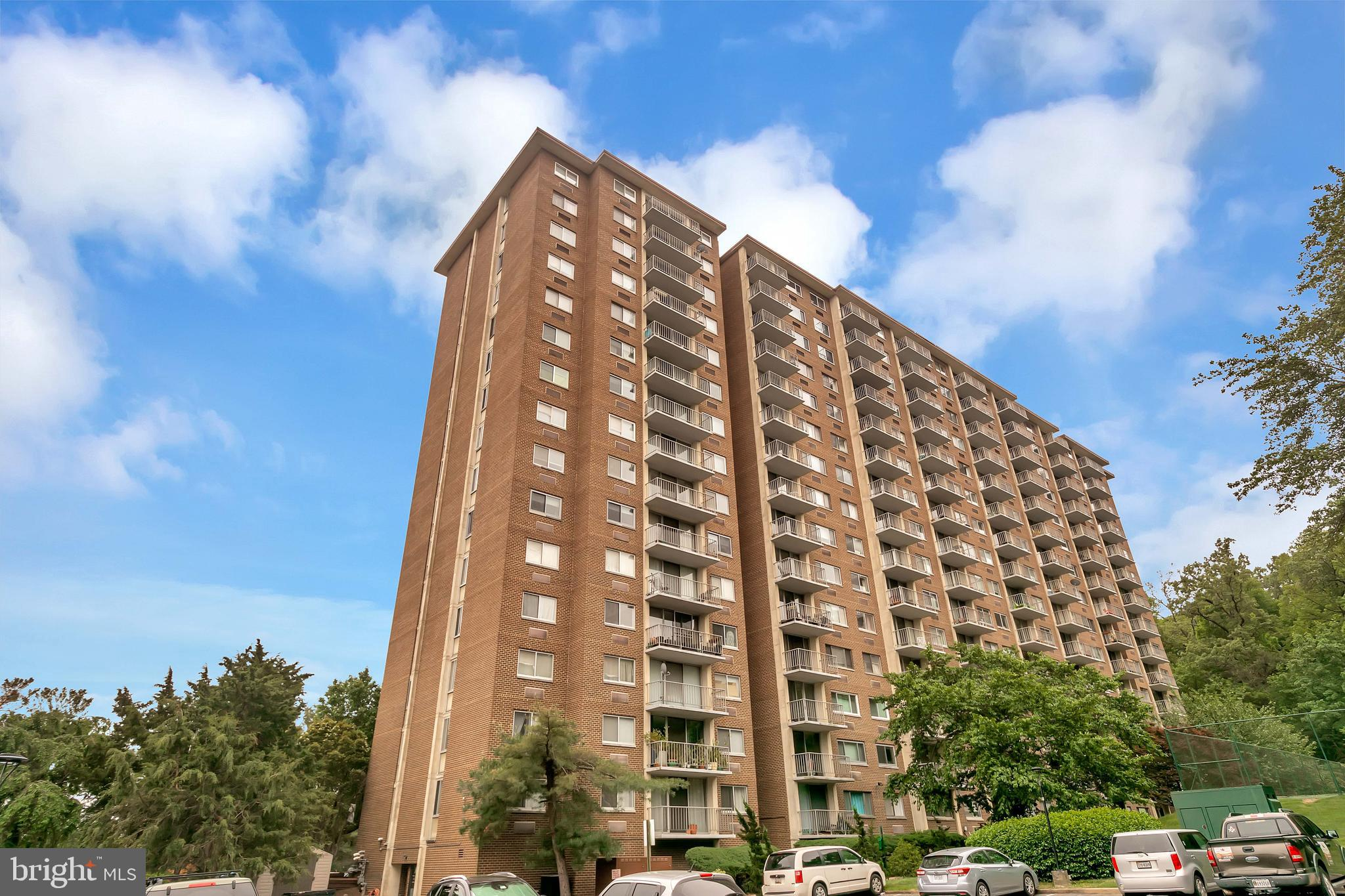 This Apartment is close to everything, on .7 mile to Huntington Ave Metro Station. Includes Tennis court and Swimming pool included in rent, sauna and party room. Lobby area and security gate. Close to ft Belvoir. Old Town, Easy access to 495 and 5 blocks from Huntington Metro.