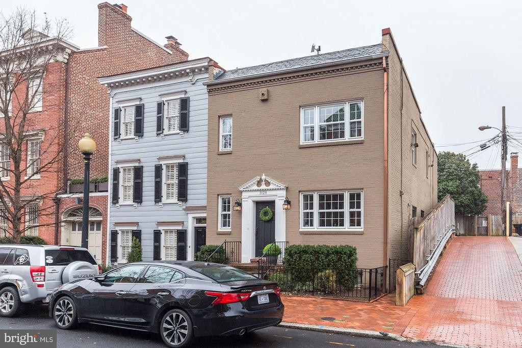 Gracious Georgetown living. 3 bedrooms, 2.5 baths, with updates throughout, including a whole house smart system. This semi-detached home has an open floor plan allowing for excellent living and entertaining spaces. If that isn't enough it offers 1 car off street parking, and charging station all  in the heart of Georgetown.