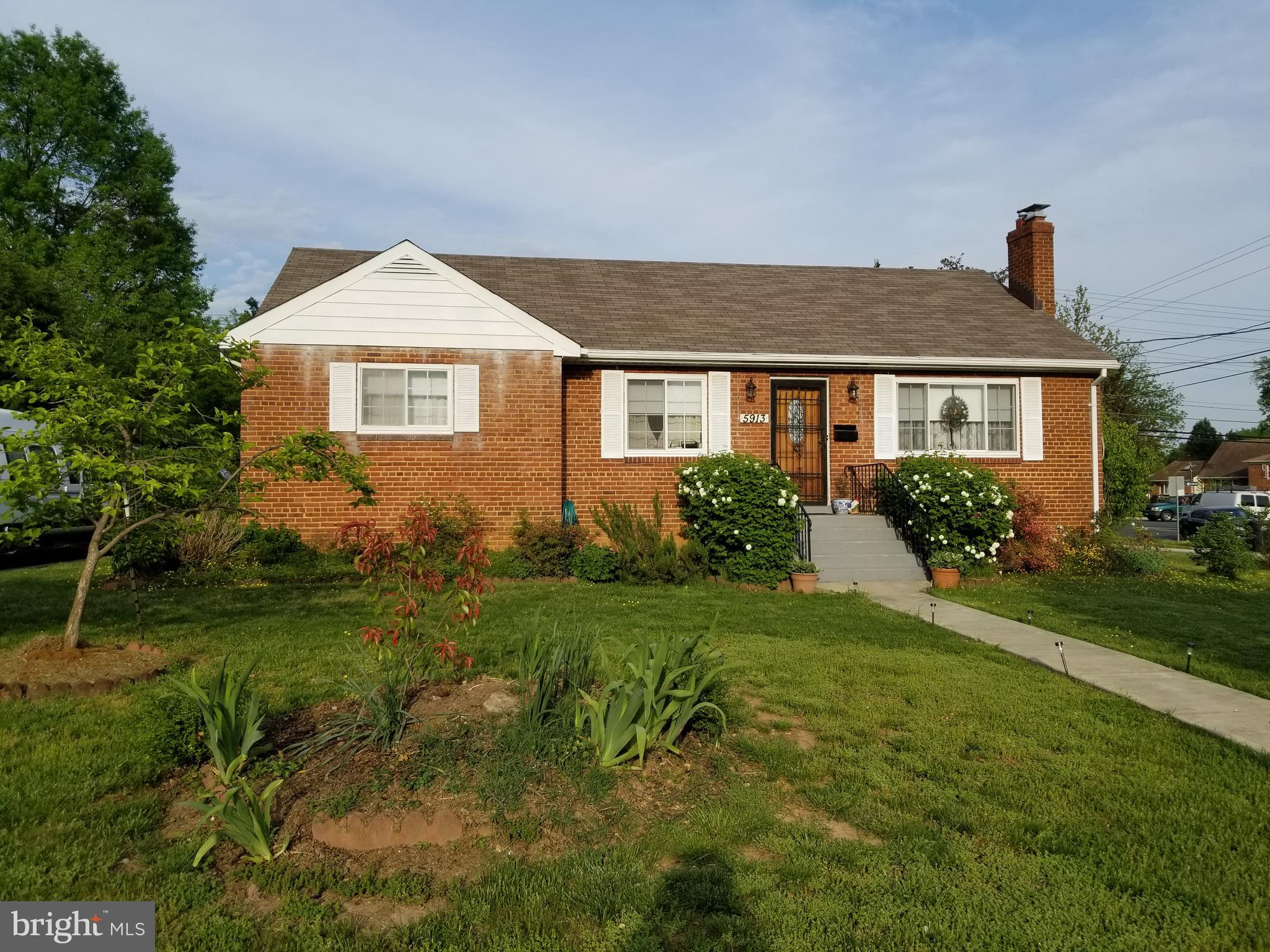 Beautiful single family house 5 bedrooms, 3 bathrooms. Basement fully finished. Lots of upgrades. See to appreciate, easy to show