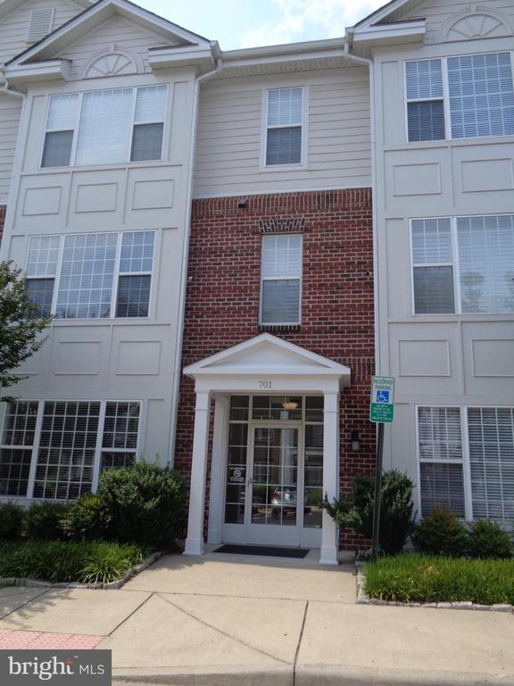 Great Sought after Downtown Location:  2 BR 2 BA Condo with granite kitchen countertops/SS Appliances and Hardwood Floors.  Bright sunroom off the living room.  Split bedrooms with private baths.  Perfect for commuters within walking to the Fredericksburg Train Station.  Enjoy downtown shopping and restaurants & condo amenities including pool, clubhouse, fitness room.  Water Sewer and trash are included with the condo fee. Garage Unit 620-B is included with sale of property.