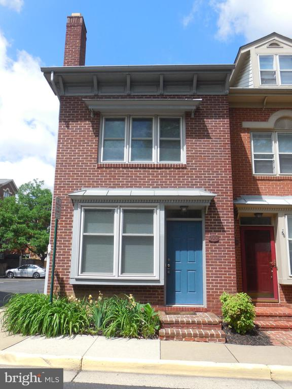 ONE MONTH FREE RENT!  3BR/2BA 4 level ALL BRICK END UNIT TH in POPULAR COLECROFT. UPGRADED Kitchen! Tons of storage in the ENORMOUS basement. Fenced rear deck perfect for summer BBQ's. 1 BLOCK to Braddock Metro and thisclose to the hip & happening WEST OLD TOWN. Pets CBC (nmt 2, wght < 80LBS combined w/fee). Cert funds req. Min inc >$111600. Assigned parking for 1 + ton's of street too