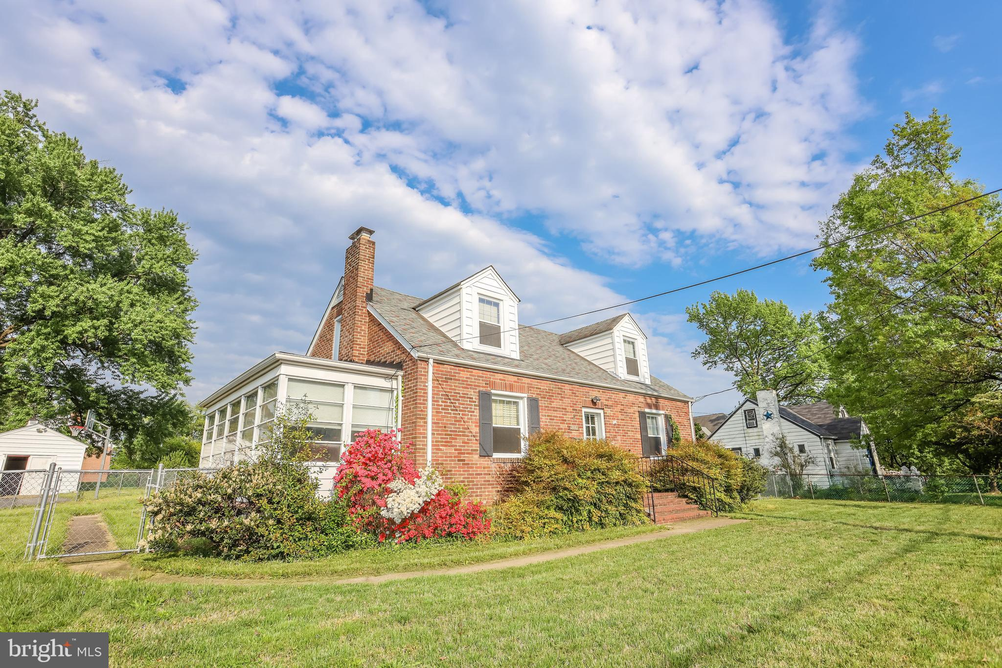 Perfect starter home for anybody working in the area! Easy access to I-495 and Gallows road. Home can use some work, and is priced accordingly.