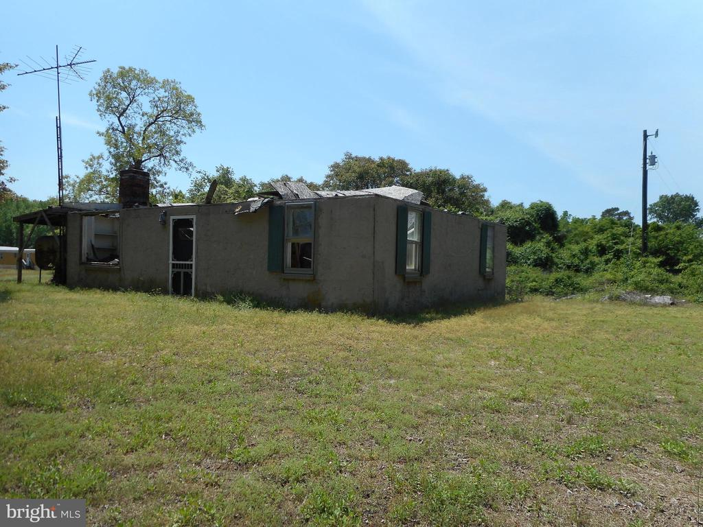 Your hunting and fishing retreat on Elliotts Island, surrounded by 20,000+/- acres of Federal and State hunting land. Minutes from the public marina and boat ramp. The house needs a roof and other repairs to be livable.