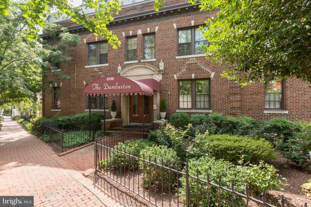 This charming condominium at The Dumbarton is ideally located in Georgetown's serene East Village. The unit offers an open floor plan and plentiful natural sunlight. Features include hardwood floors, stainless steel appliances, high ceilings, crown moldings and ample closet space. 3120 R Street NW is a boutique condominium building affording immediate access to Montrose Park and countless shopping and dining venues.