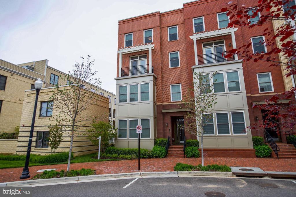 620 E Howell Ave #102, Alexandria, VA 22301