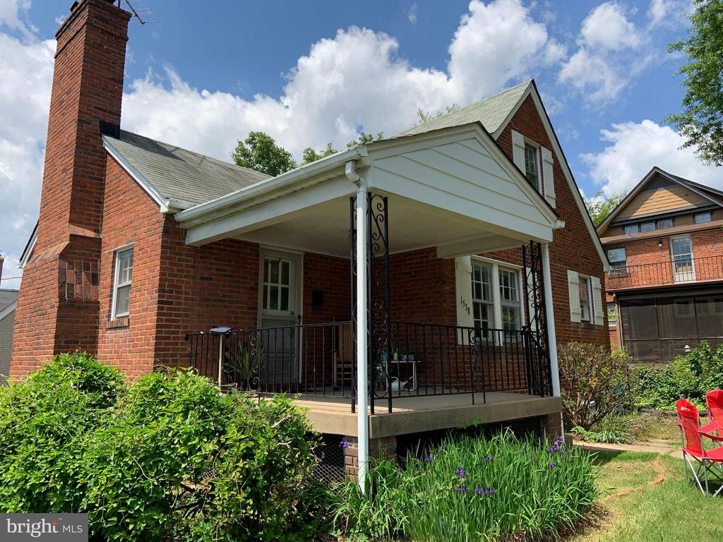 Location, location, location, 3BR/2BA single family home in Lyon Village. Walk to Metro,  whole-foods, Trader Joes, Mum's market, restaurants, bars and much more. Minutes to DC, 66 and the Pentagon.