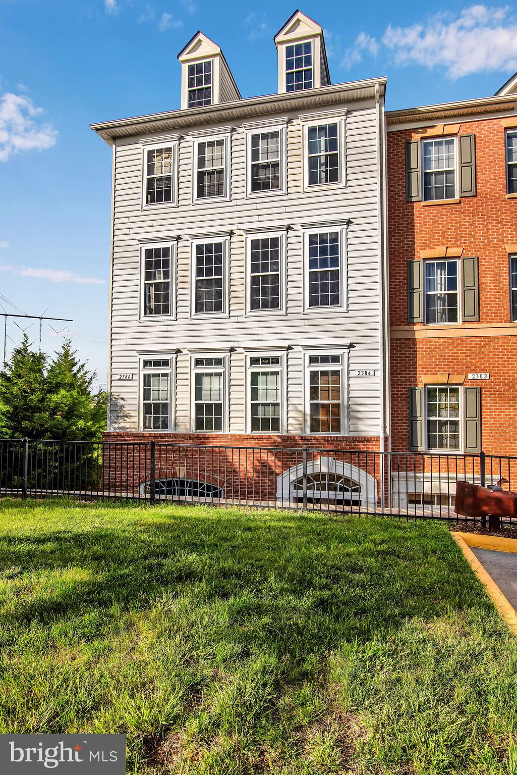 Corner Unit located in the gated - Potomac Club Community, Updated and Fresh Paint throughout. Open Concept, Stainless Steel Appliances, Granite Counter Tops, Large sized Bedrooms, Elegant Master w/ Bath & Two Custom Walk-In Closets. Across from Stonebridge Shopping Center, Close to I-95, Rt. 1, and VRE.