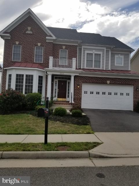 Bright & Airy, crown molding, breakfast area, open floor plan. minutes from Ft Belvoir. Granite counter,double oven, large family room with fire place,easy access.