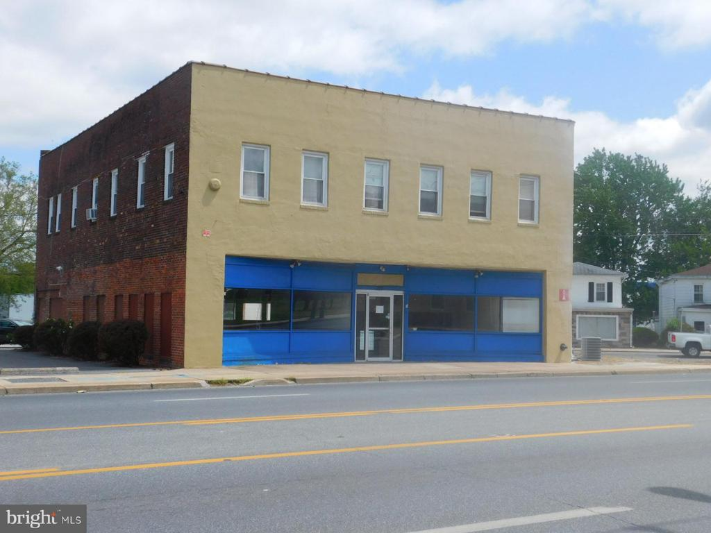 5,000 sq ft mostly of open space with reception area, one office and 2 half bathrooms. 12 ft ceiling height. Main entrance from N. Salisbury Blvd. Additional entrance and overhead door fronting on E. Church St. Great visibility and good parking on N. Salisbury Blvd. Natural gas heat and plenty of off street parking, which is shared with second floor apartments. Tenant pays utilities. Landlord pays property taxes and all exterior maintenance.