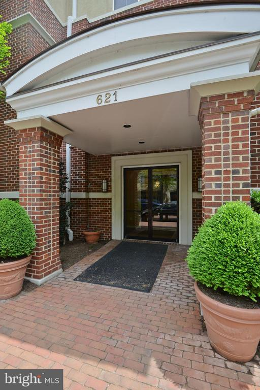 """935 s.f. condo in Old Town, 2 bedrooms, 1.5 baths, 1 car underground parking, gas f/p, extra storage, washer and dryer in unit.  Sold """"As Is"""".  Needs refurbishing!!!!"""