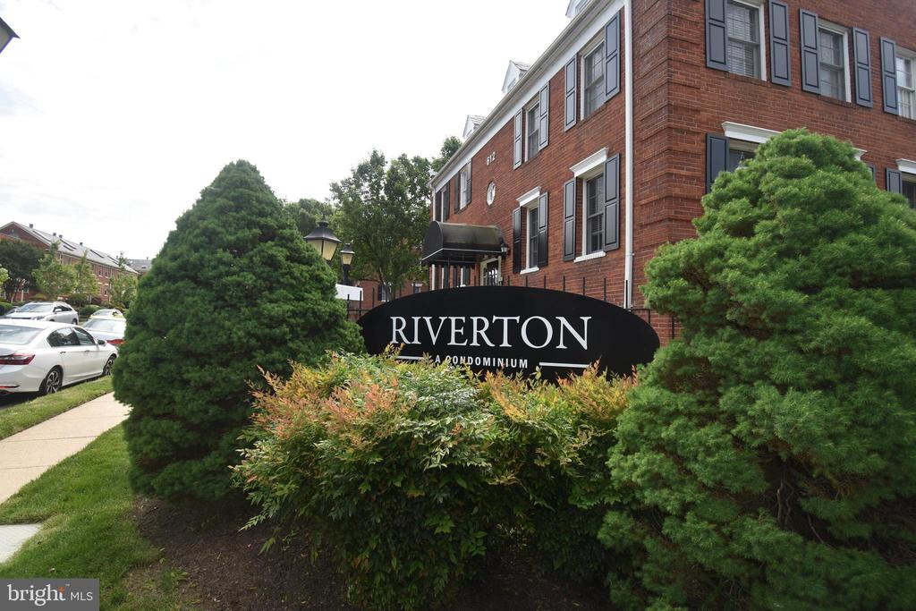 Rarely available, pet friendly, renovated 1 bed/1 bath condo close to DC in historic Old Town North, Alexandria. Harris Teeter, Trader Joe's, Virginia ABC, Sport& Health, less than 1/2 mile, less than 1 mile to King Street bars & restaurants! 11Y express bus to downtown DC, Braddock Rd Metro (BL&YL Lines), and Alexandria Dash Buses (AT2&AT5). New hardwood floors, fresh paint throughout, new carpet, renovated bath and cook's kitchen with granite countertops, 42-inch Maple cabinets, and all stainless appliances! Pool and fitness room! Close to the metro, quick 5 minutes drive to Ronald Reagan International Airport, 8 minutes to Amazon in Crystal City, and 9 minutes to the Pentagon! Shopping within walking distance! Hurry! 1 parking space onsite. Washer/Dryer Combo in unit. This treasure is gonna to go fast!