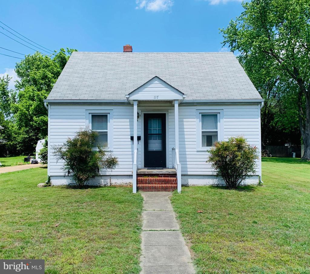 Perfect opportunity to own a home in the City of Fredericksburg.  It's cute as a button with loads of potentional on a gorgeous lot.