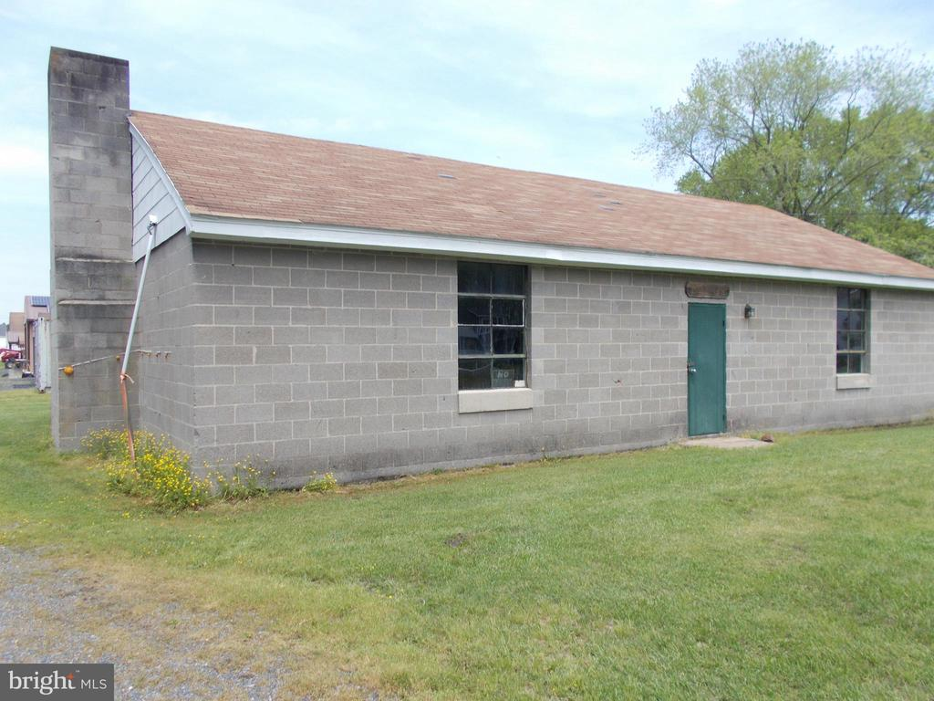 Contractors and small business operators. Very functional sturdy block building offered.  Centrally located and easy access to all points.   Located at the end of a short dead end road