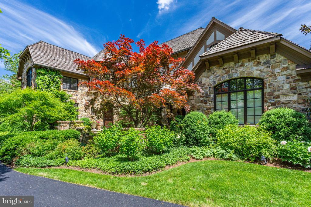 Rarely available, on the lake in prestigious and sought after Woodlea Mill! Offering a crisp, clean, luxury home with approximately 7000 finished square feet w/ open floor plan, new bathrooms/kitchen, mudroom/laundry center, dual staircases, exquisite details and finishings throughout. Move-in perfection, no detail overlooked, OPEN SUNDAY 5-19th 1-4. Must see.