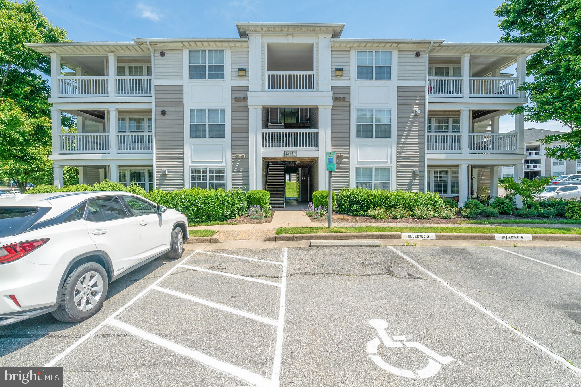 Beautiful Condo in the Prospect at Lakeside Community. 2 Bedroom, 2 Bath, The Den with a large window could be used as a Third Bedroom. Granite countertops,New wood floor,New  paint.In unit Washer/Dryer,Plenty of Parking Lot, Community pool and recreational facilities. The property is located close to I-95, commuter lots and public transportation. plenty of Shopping close by including Potomac Mills and Wegmans and Stonebridge.  *FHA approved.