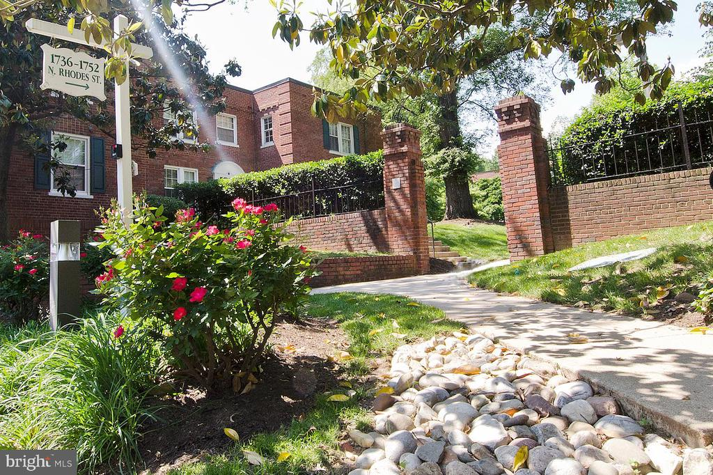Superb Location - A 50-acre green oasis just a 7 min walk to Courthouse Metro, shopping, dining! Iconic Colonial Revival garden apartments, clustered around beautifully landscaped & maintained courtyards. On the Nat'l Register of Historic Places. New HVAC (2018), new bath Vanity (2019). Two walk-in closets, plus an additional storage area. The serene courtyard views belie the bustling urban environment just 2 blocks away. 1 Pet per unit allowed, without breed or size restrictions.