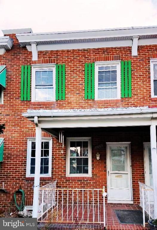 NICE AND SIMPLE 2 BEDROOM 1 BATH TOWNHOUSE WITH HARDWOOD FLOORS. MICROWAVE, WASHER AND DRYER INCLUDED. CENTRAL A/C IN THE SUMMER AND RADIATOR HEATING IN THE WINTER. NICE DECK AND BASEMENT.