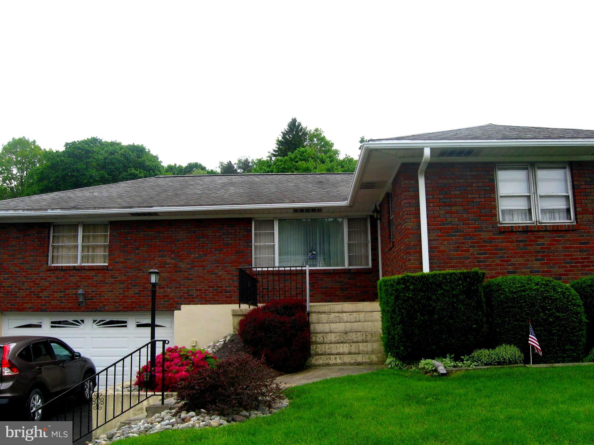 606 WADE ROAD, SAINT CLAIR, PA 17970