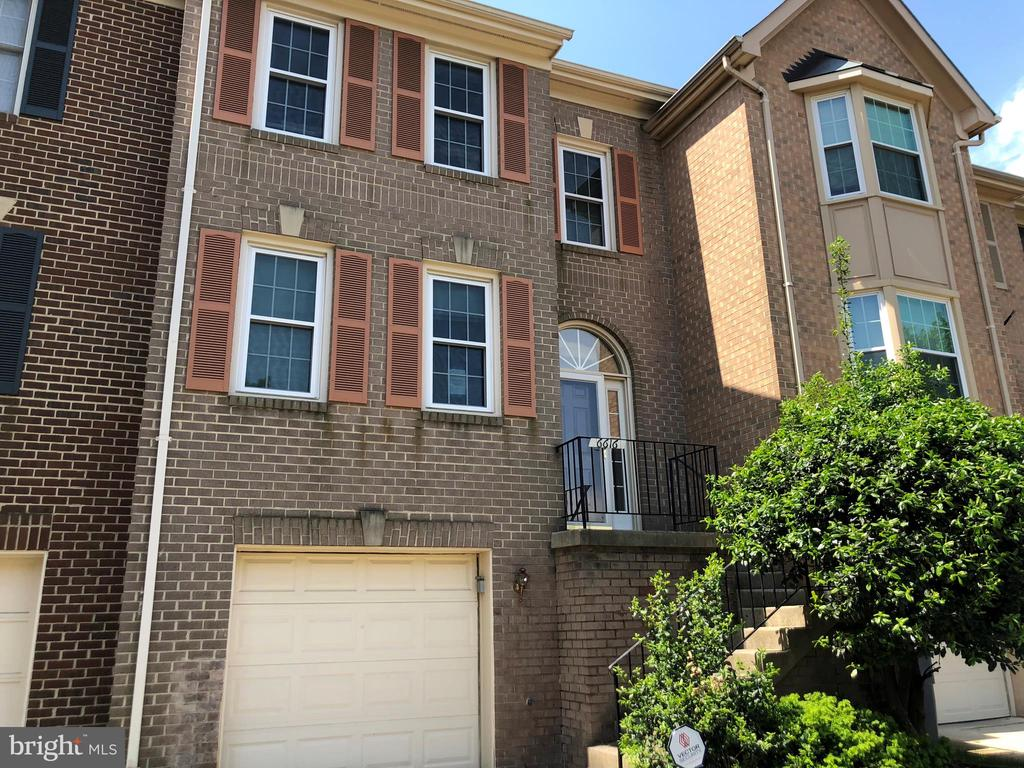 Awesome Location in the Heart of Kingstowne. 3 Bed, 2 full and 2 half Bath. LR off Kitchen with Breakfast Bar features Fireplace and access to spacious Deck overlooking private Fenced Yard. Separate formal DR highlighted by Bay Window. Upper Level Master Bed with vaulted ceiling,2 double-door closets and own bath; 2ndMasterBR+en-suit bath & convenient Laundry Area.