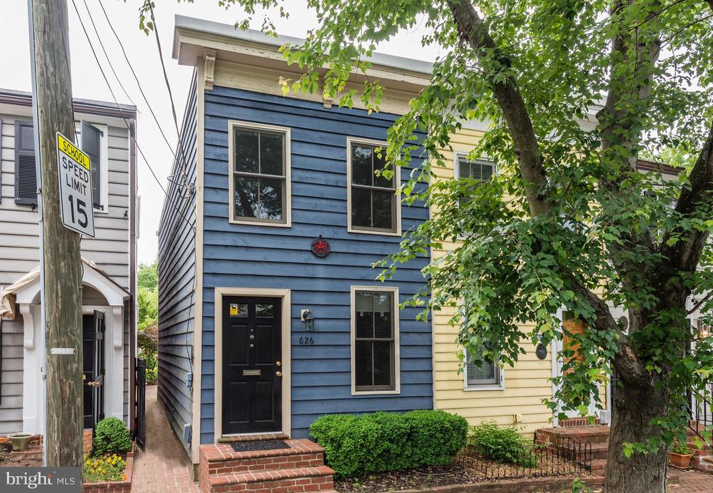 Owner looking for a short term (3-6mo) lease only! Great location in the heart of old town, walk to everything! Renovated kitchen, perfect backyard for summer nights!