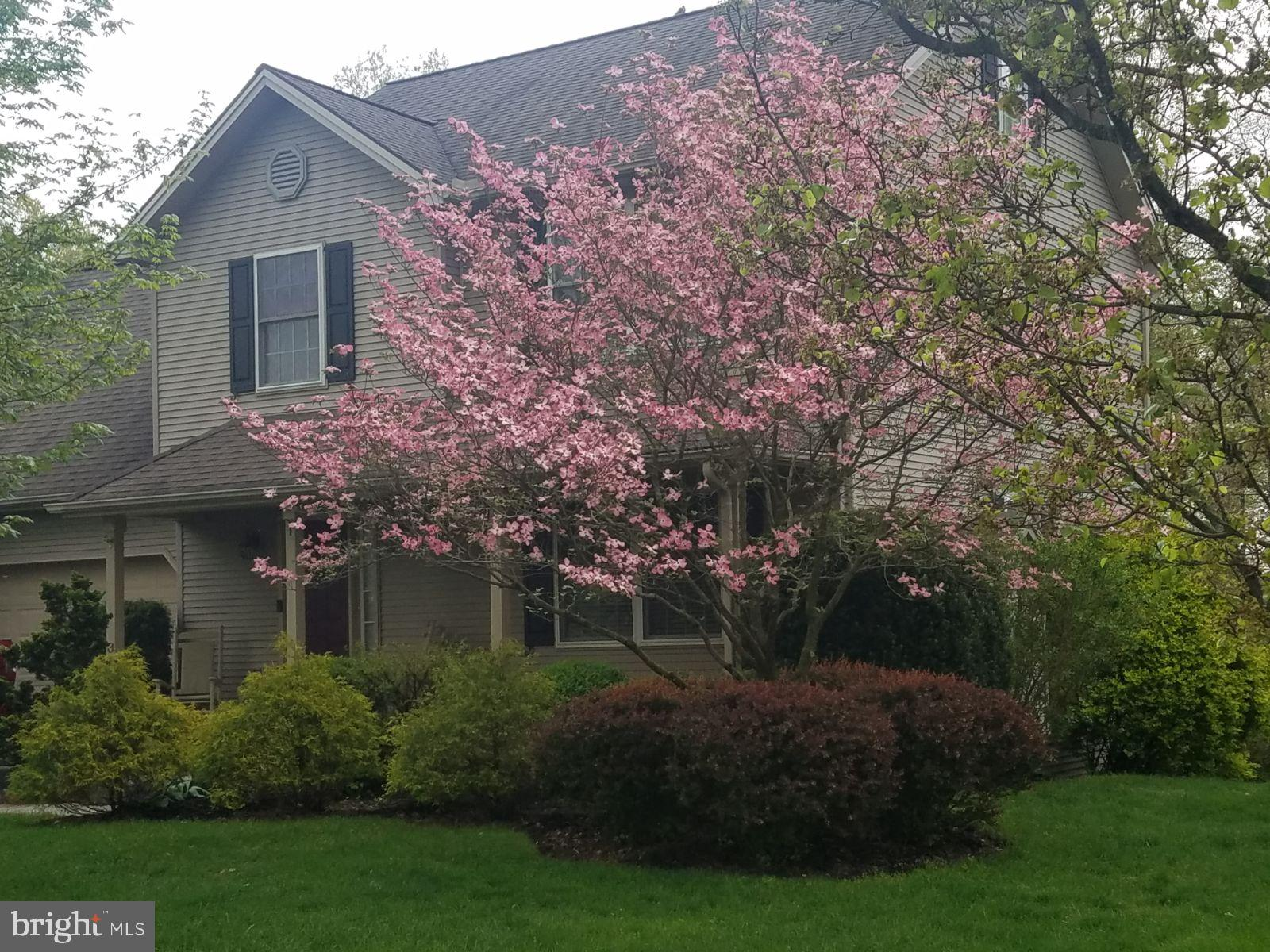 8 WOODVIEW DRIVE, MOUNT HOLLY SPRINGS, PA 17065