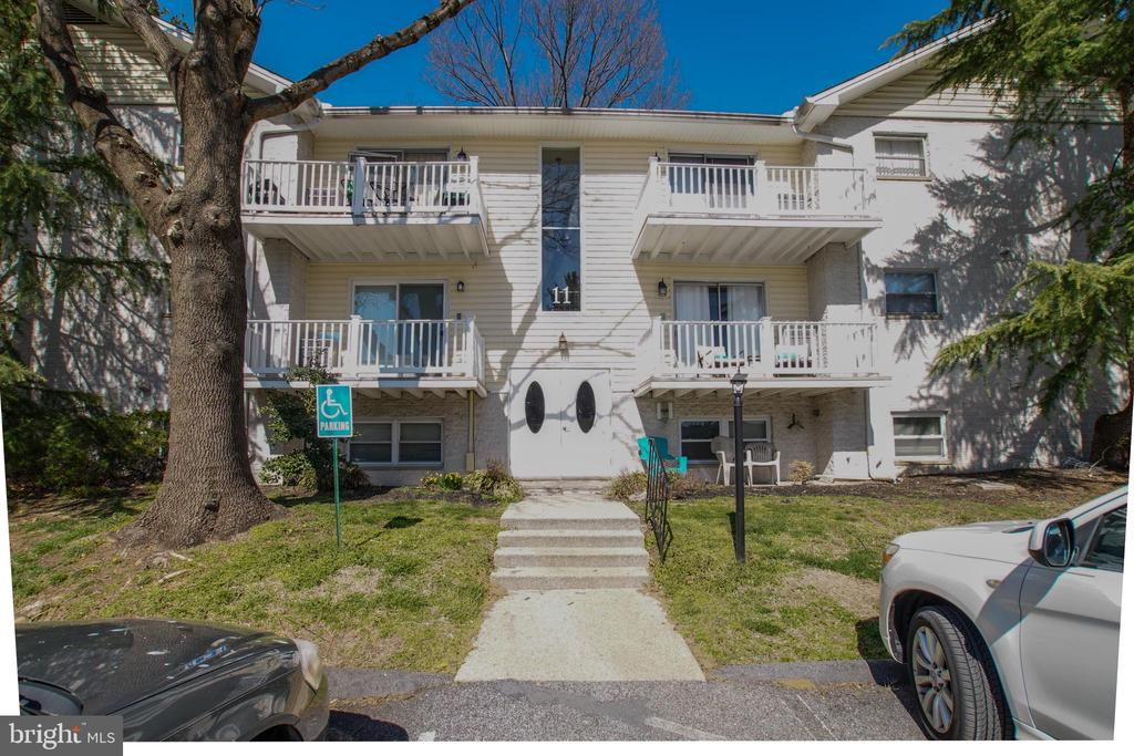 *SHOWS WELL* MUST SEE! AVAILABLE 3 BEDROOM 2 FULL BATHS IN SOUGHT AFTER WARREN LODGE***SPACIOUS LIVING ROOM WITH WOOD FLOORING & WOOD BURNING FIREPLACE*FRESHLY PAINTED & UPDATED THROUGHOUT*LARGE MASTER SUITE WITH NEW CARPETING & WALK-IN CLOSET*GET IT BEFORE IT IS GONE! 2 HOUR SHOWING NOTICE
