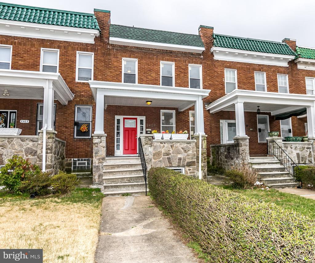 10k grant available- ask me about it!! Beautifully renovated 4 bedroom 2 FULL bathroom townhome. Open concept kitchen, granite countertops, all new appliances , and spacious bedrooms. Located on a quiet street, this home is a must see!!