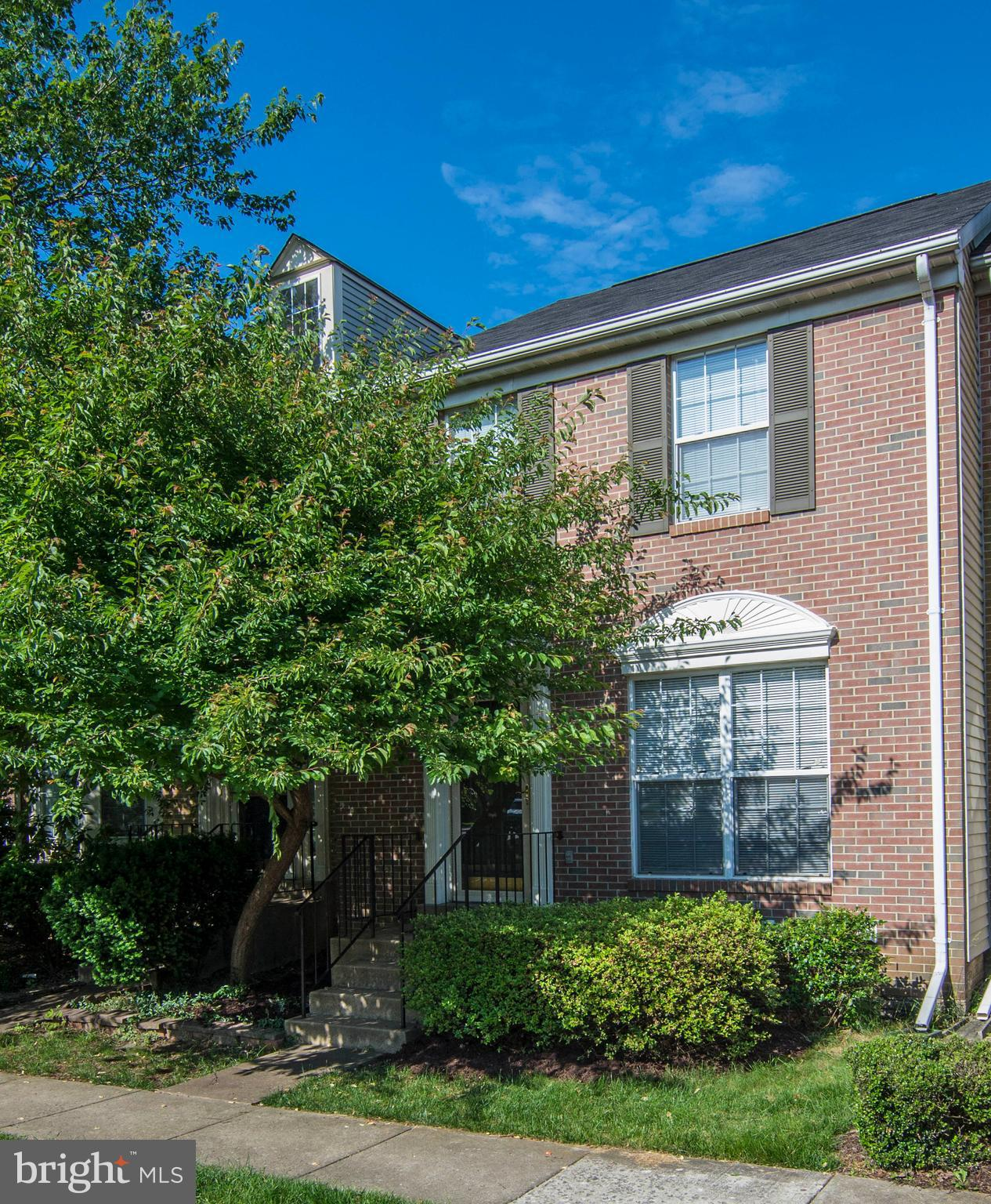 3 level, 3BR, 2Full bath 2 half Bath townhome in Kingstowne Hrdwd fl in kitchen,foyer breakfast area;LR/DR carpeted, crown moulding, chair rail.MBR w/vaulted ceiling,Fenced back Yard. Deck off breakfast area. Close to Spfd Metro, Wegmans, shopping and restaurants. Sold As Is Priced for the Buyer who wants to put there personal touches on finishes.