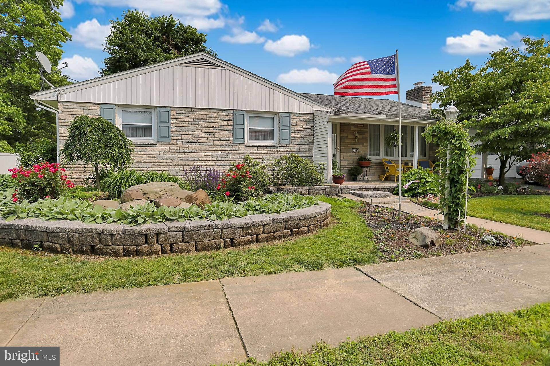 207 N ROBESON STREET, ROBESONIA, PA 19551