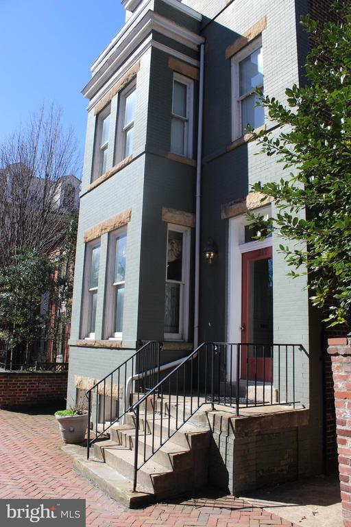 This unique and spacious 1st floor apartment is located in the heart of Old Town Alexandria, just 2 blocks from King Street and features 1 bd/1 ba, 1200 square feet, hardwood floors, 10ft high ceilings, separate dining room, sub-zero refrigerator, washer/dryer, separate study, a spacious bathroom with bidet, large walk-in closet, bedroom with walk-out to patio and backyard! Available August 1!
