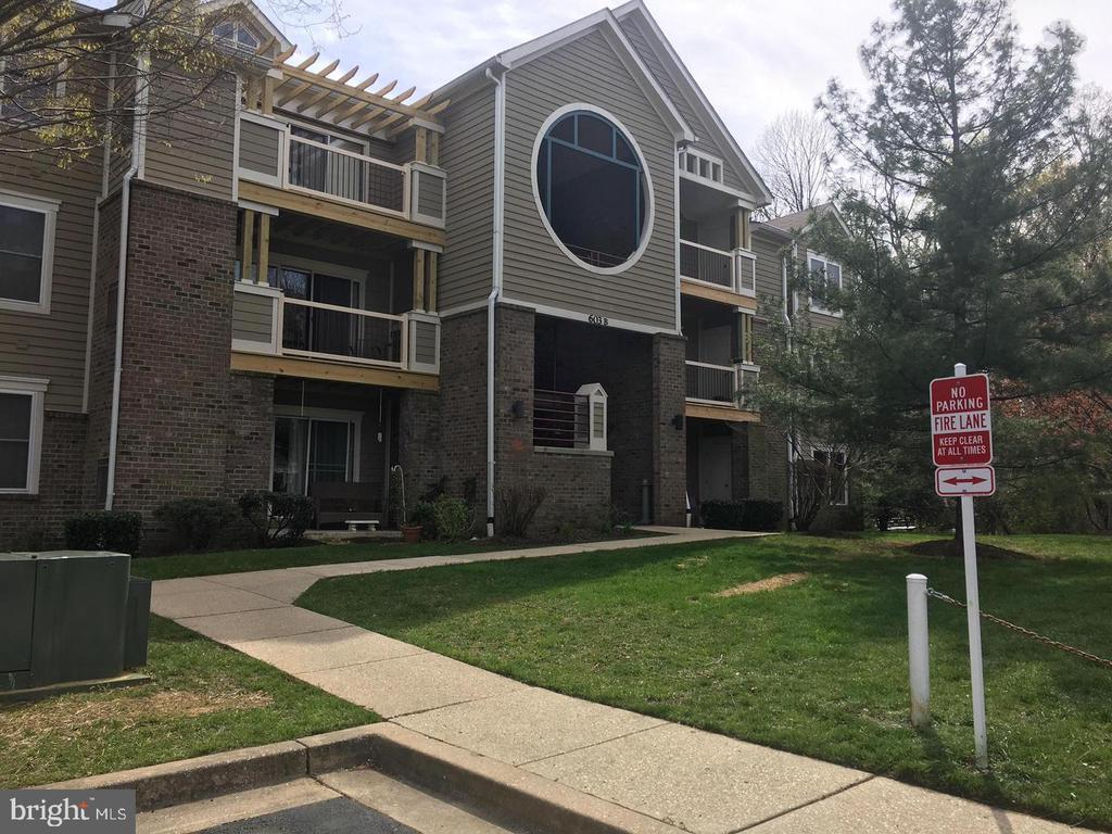 Bright and spacious Penthouse unit with 2 bedrooms 2 full baths, large loft area, fireplace, balcony, large kitchen and dining area, updated and move in ready! Enjoy community pool, clubhouse, tennis, basket ball and fitness room. Extra storage locker on lower level, Sale includes deeded covered parking spac. Conveniently located and minutes from downtown Annapolis! 1 Year HMS Home Warranty included!