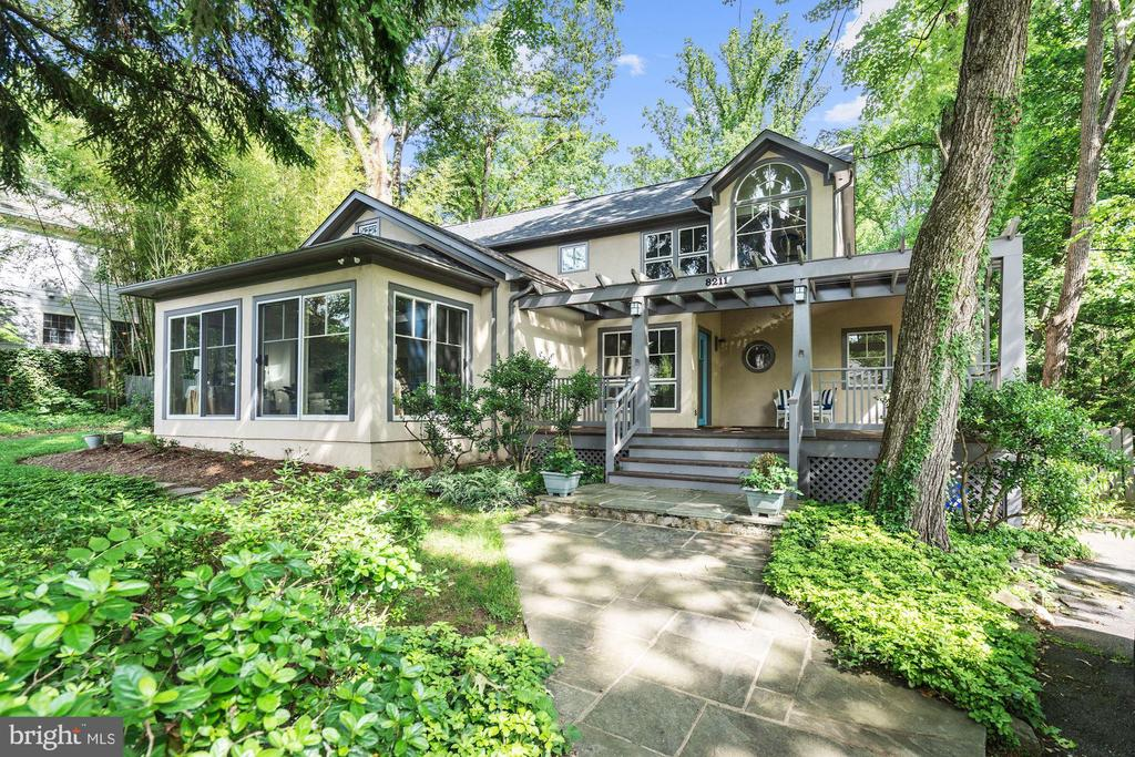 Seller is selling because of an unexpected relocation. Architect Tom Manion's very own craftsman masterpiece. Palisades Pool membership conveys - just in time for summer! Gorgeous cathedral ceilings & oversized windows. Open 2-story living/dining rm w/ FP, beams & natural light. Off the FAM rm find an eat-in gourmet KIT w/ bfast bar & a charming screened-in porch. Main level BR/office & full BA. Spacious master BR w/ spa-like BA & ample closet storage. 1/2 acre lot backs to wooded parkland.  Significant improvements include a beautifully renovated  kitchen, blackout automatic blinds & custom closets on all upper level bedrooms.