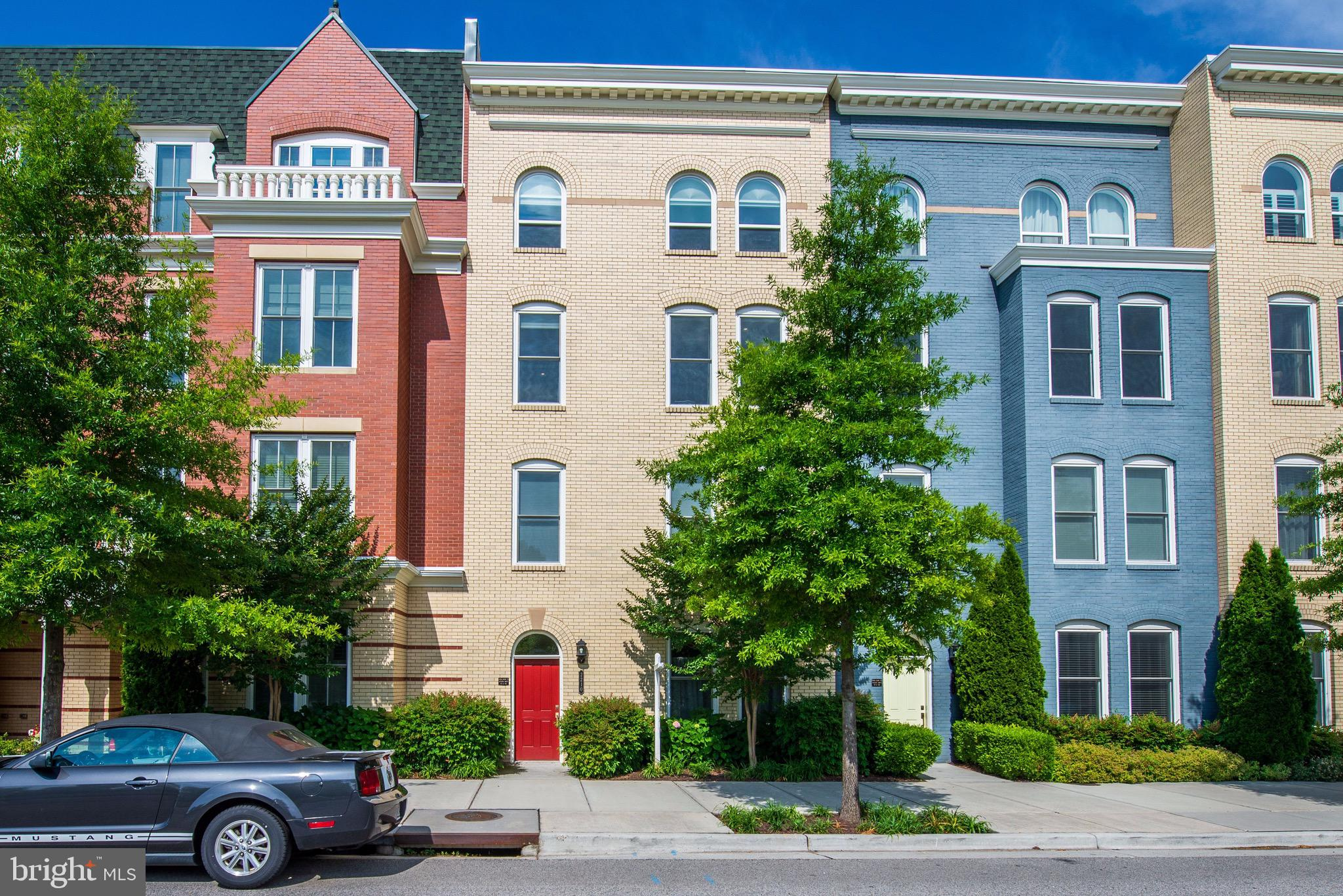 LARGEST UPPER LEVEL FLOOR PLAN AT POTOMAC YARDS.  3 BED PLUS HUGE DEN!! EVERY DEVELOPER OPTION-WARM HARDWOOD FLOORS ON BOTH FLOORS- 2 SIDED FIREPLACE, BARELY LIVED IN.  WALK TO METRO AND CRYSTAL CITY. GARAGE AND PARKING FOR 2 CARS.