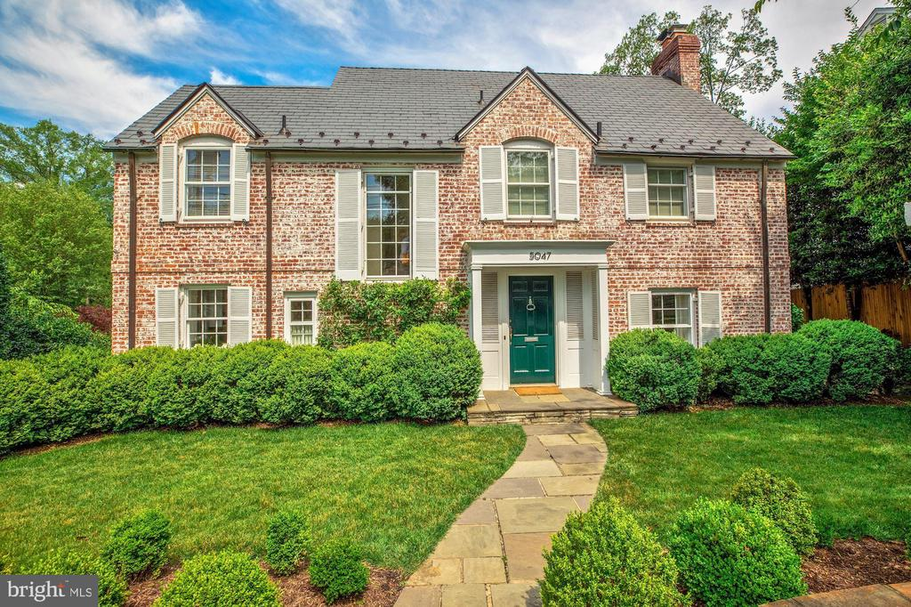 Listing is still active and in private placement with Washington Fine Properties.  Call listing agent but DO NOT CALL SELLERS!  Stunning, sophisticated residence on a cul de sac street in Kent w/ 2-car attached garage, 4BR, 3FB, 1HB. Must see- Welcome to your new home.