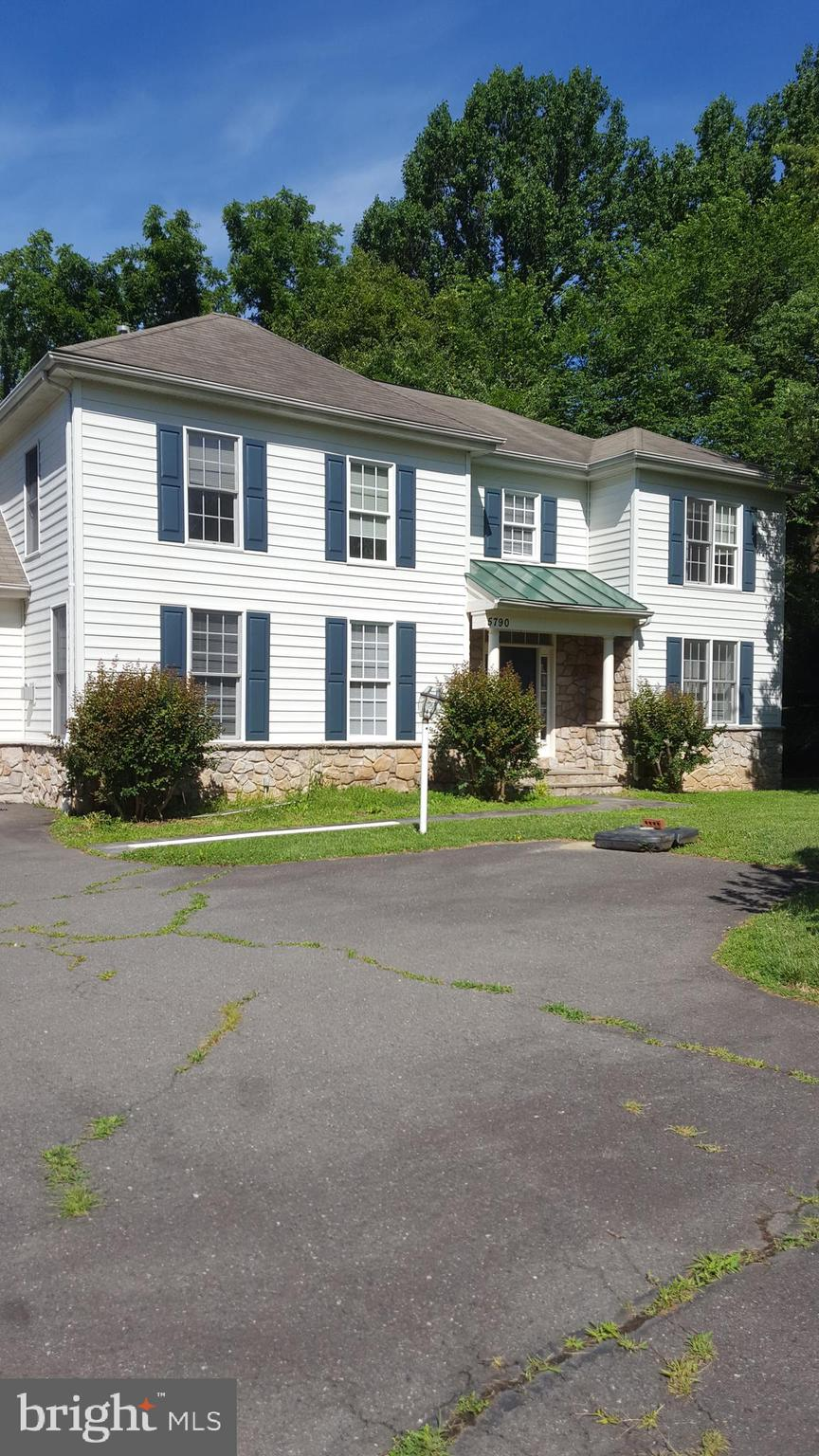 Great single family home on large lot behind Golds Gym in old Fairfax Station.  Freshly painted.  Short term only.