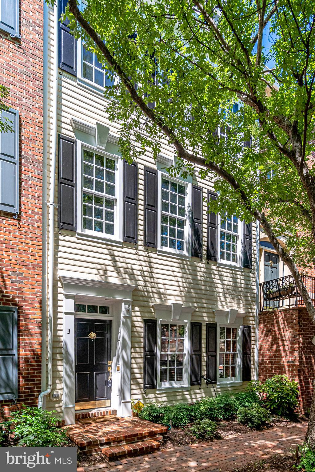 Rarely available 4 level 4BR/3.5BA rowhome w/ Potomac River views in Ford's Landing - one of Old Town's premier waterfront neighborhoods w/ professionally landscaped grounds. Gleaming hardwood floors! Extensive custom millwork & built-ins! Gourmet chef's eat-in kitchen! Master suite w/ walk-in closet, jetted tub & separate shower! Call today for your private showing!