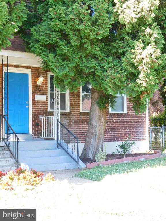 3 bedroom 3.5 bath Semi-detached home in the Fallstaff neighborhood. Home has an open floor plan, glass vessel sinks in all bathrooms, finished basement, central air, full-size washer and dryer, jacuzzi bath tub, Wall to Wall carpet in bedrooms and basement. This home shows well and is a must see.